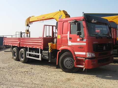 Sinotruk Howo Lorry Truck with 5 ton Streight Arm Crane